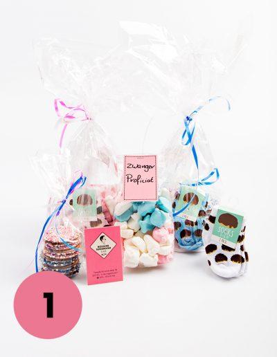 Geboorte pakket €16,50 voorzien van babysokjes, zakje liefde, geboorteschuimpjes en chocolade flikken. Jongen/meisje of nog een verrassing.