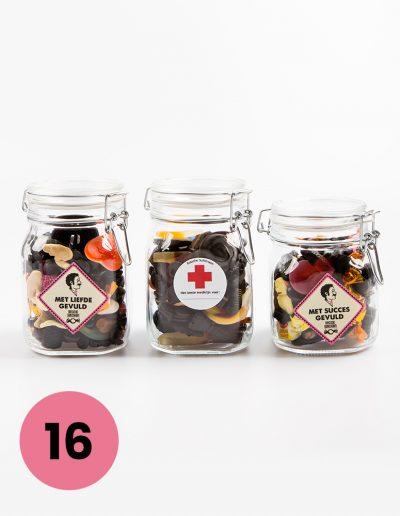 Glazen snoeppotten met de tekst; met liefde gevuld, met succes gevuld of het beste medicijn voor.. Potten van 0,75 leeg voor €6,50 en 1 liter voor €7,=, gevuld tussen de €15,= en €18,= ongeveer* *-inhoud kan iets afwijken van de foto -genoemde prijs bij ophalen in de winkel -voor het versturen binnen Nederland van een brievenbuscadeautje komt er €4,50 bij en voor een pakketje €7,50