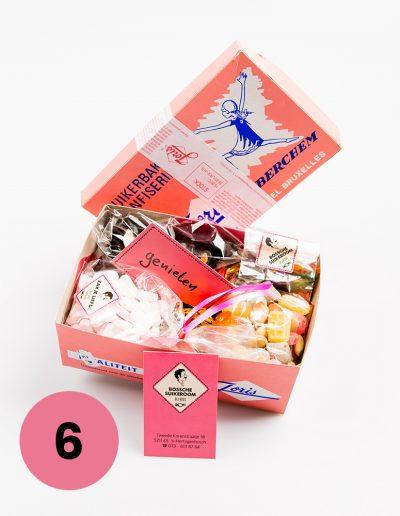 Verrassingspakket in een nostalgisch doosje €15,=* (4 verschillende soorten snoepmixen samen ongeveer 725gram)