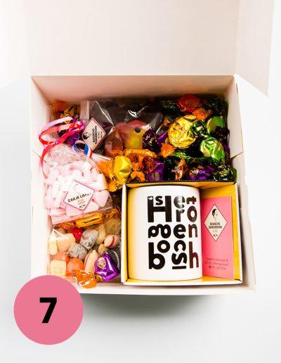 Relatiegeschenkendoos gevuld met een Bossche mok en voorzien van een verrassend assortiment aan snoep, verpakt in een Bosschebollen geschenkdoos